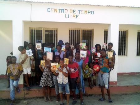 Crianças de Monapo receberam os livros doados pelos Grupos de Catequese de Mértola